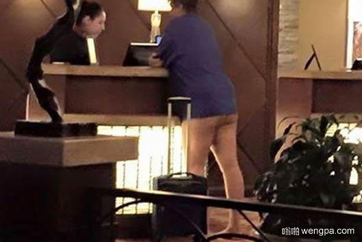 """时尚?女子""""半裸""""入住豪华酒店"""