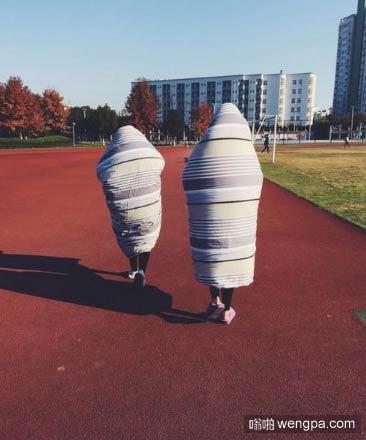 女生裹被操场散步走红网络 像是巨大的粽子在走动