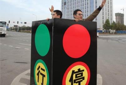 人体红绿灯 交警上哪去了!