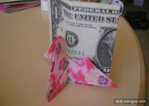 客人折千纸鹤放小费 结果服务员回应让他惊呆