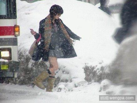 日本今天各地普降大雪,然而高中生妹子们依然是一条短裙闯天下…