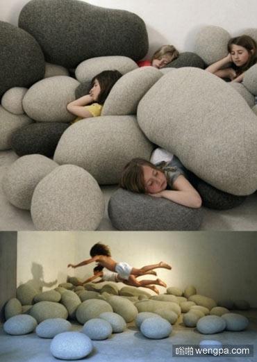 这些不是巨大的鹅卵石 只是毛绒靠枕