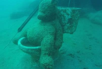 发现这家伙坐在水下30米的马桶上