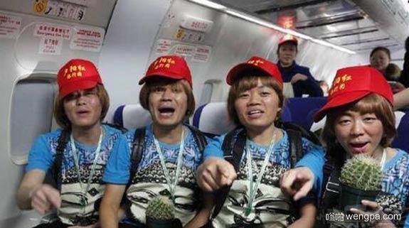 山寨王宝强坐飞机 跟王宝强一样一样的 - 嗡啪搞笑图片
