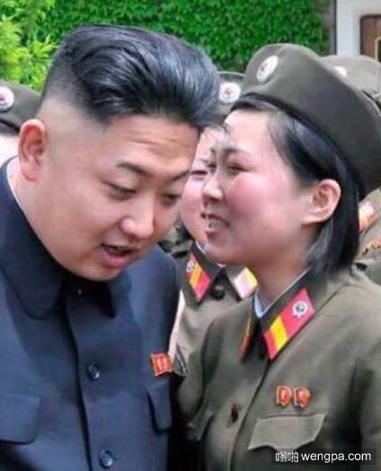 """究竟对司令官说了句什么,女兵的脸""""唰""""地一下红了?请结合图片场景,用一句合适的歌词填空 _____________。(5分)"""