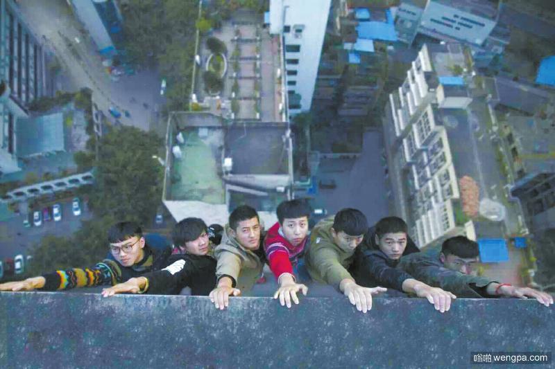 四川理工学院学生拍摄顶楼悬挂毕业照