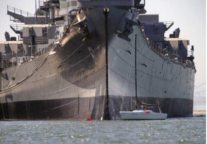 帆船在(USS Iowa)爱荷华号航空母舰前 - 嗡啪奇闻趣事