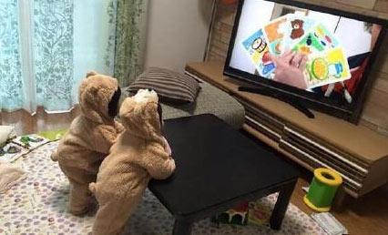 最近流行给娃娃穿小熊连体童装,小熊宝宝满地跑