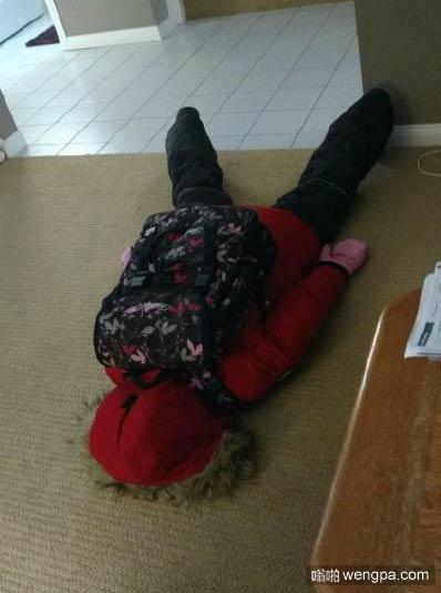 """imgur网友agitator 说他女儿拒绝去上学,我完全能从照片里感受到那种""""打死我也不走,一想到上学我就想死,我摊在那里你别拉我""""的痛苦内心独白。"""