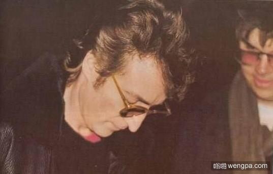 列侬生前最后一张照片,签名之后旁边的歌迷就开枪了……