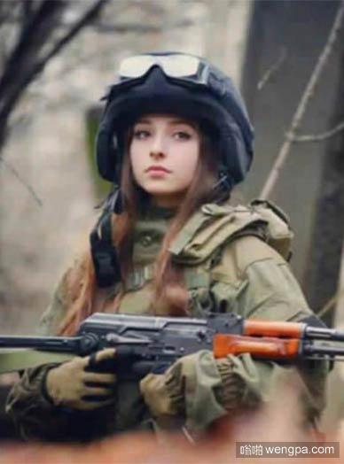 在地球上怎么会有人射击她_美女_士兵 - 嗡啪搞笑图片