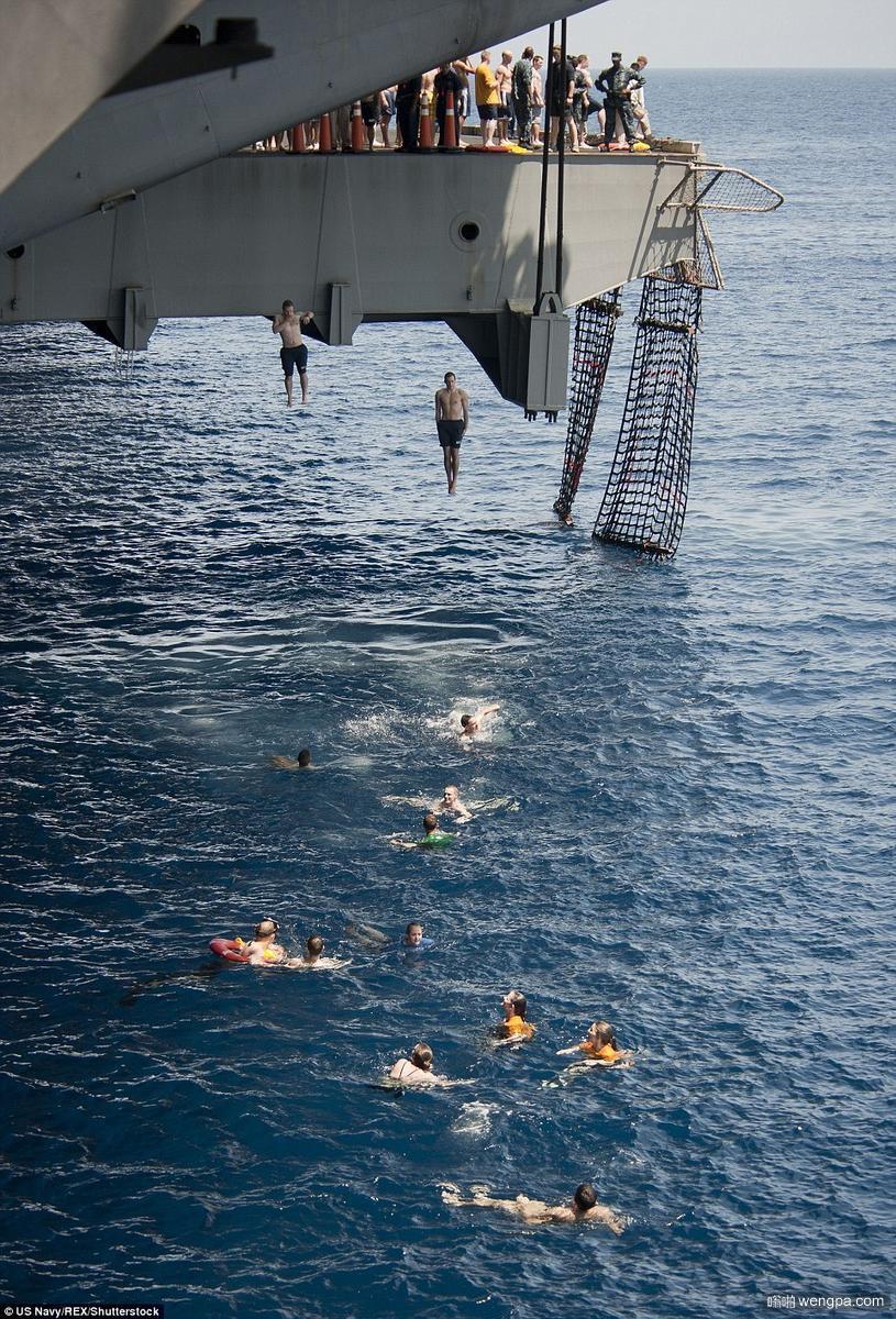 美国海军从航母夹板直接跳入海中游泳 缓解战斗压力