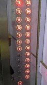 进电梯的时候人特别多,然后就看见一个男生拆开一袋巧克力