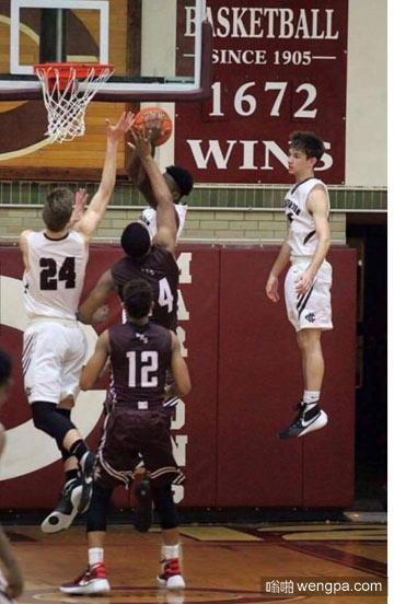 右边的小哥你在干嘛_篮球 - 嗡啪搞笑图片