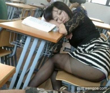 上课太累午睡一下
