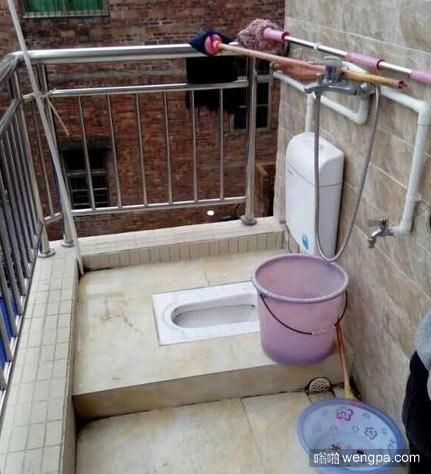 阳台上的露天厕所 有在舞台拉屎的感觉