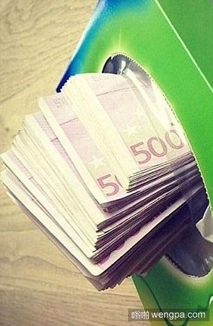 伦敦富家女炫富 纸巾盒里塞满了现金