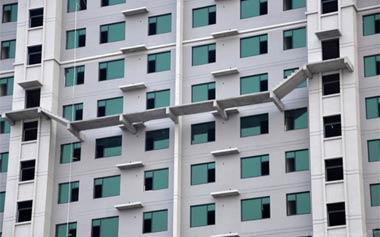 连接高楼的空中楼梯 这是方便了谁