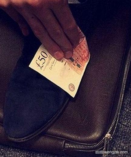 伦敦富家女炫富 50英镑用来擦鞋
