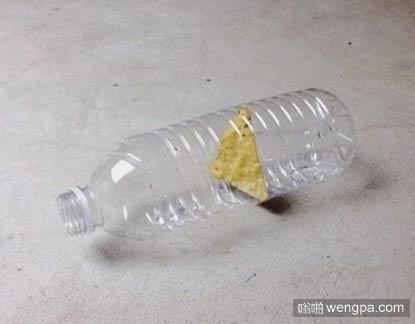 有谁知道这锅巴是怎么放进塑料瓶子里的