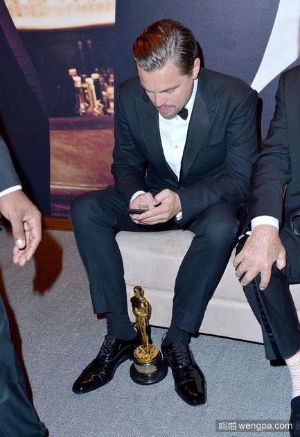 莱昂纳多获金像奖之后第一件事就是拍奖杯照片发朋友圈