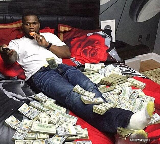 以为后边是书 以为冰箱装的是吃的 破产说唱歌手50 Cent炫富