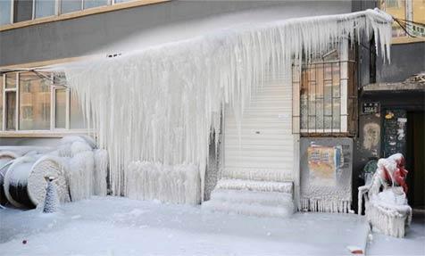 小区热水器漏水至楼下成冰瀑