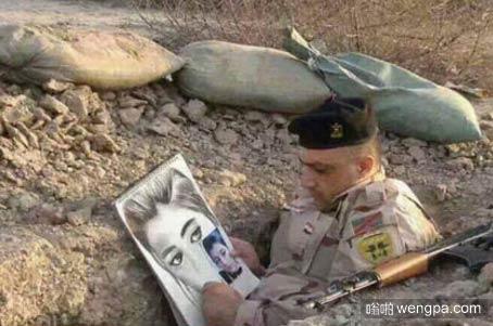伊拉克防御ISIS的前线士兵闲暇时间在战壕素描他的未婚妻