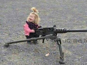 小女孩玩重机枪 新的玩具让小萝卜头很开心 - 嗡啪搞笑图片