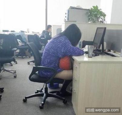 同事忘记穿裤子 我要不要提醒她