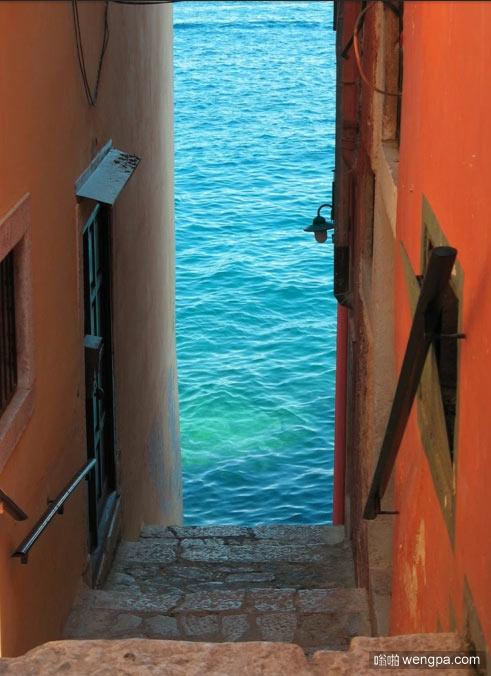 从梯子下到蔚蓝的大海,罗维尼,克罗地亚