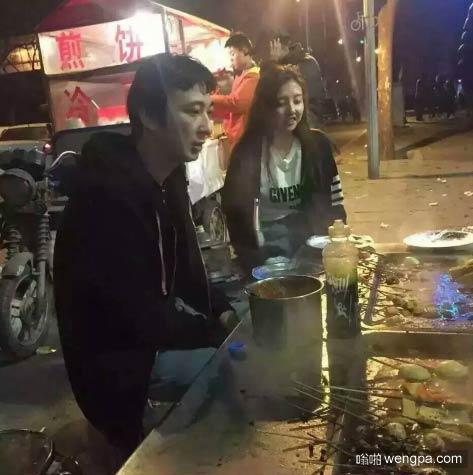 王思聪流连路边夜宵摊的麻辣烫 美女作陪