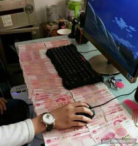 把工资铺在工作台上这样每天上班才有劲 - 嗡啪搞笑图片