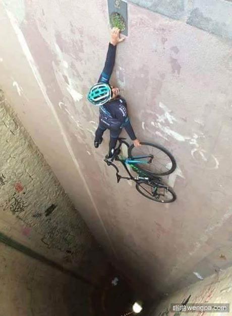 自行车手搞笑创意照片 是不是该放手。。。我说放手自行车 - 嗡啪搞笑图片