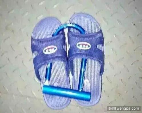 宿舍老是乱穿拖鞋 这不刚买的拖鞋顺便买把锁