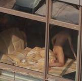 【内涵笑话】小王发现媳妇儿在对面楼里和别人偷情