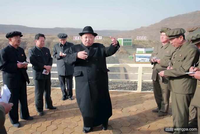 金正恩搞笑图片:最高司令官金正恩金三胖穿呢子大衣上舞蹈课-嗡啪搞笑图片