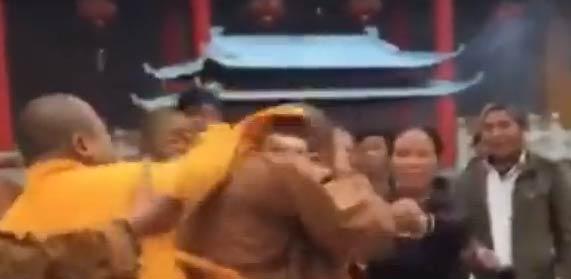 【视频】和尚打架见过么 和尚打架也挺猛 香客拉都拉不住-嗡啪视频