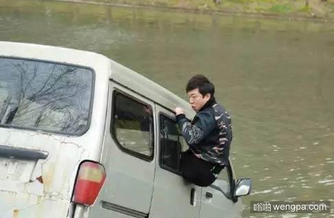 这小伙开车技术太牛了