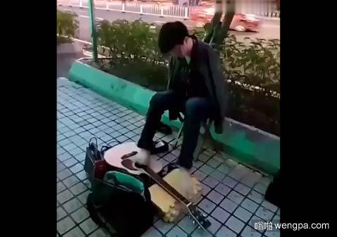 【视频】少年用脚弹吉他 失去双臂的少年街头用脚弹吉他