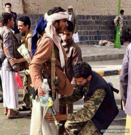 安全检查 以确保他没有携带基督教的圣经