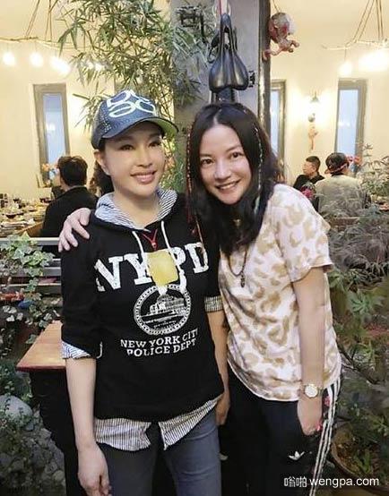 62岁的刘晓庆和40岁的赵薇合影  赵薇:谢谢晓庆姐 - 嗡啪娱乐