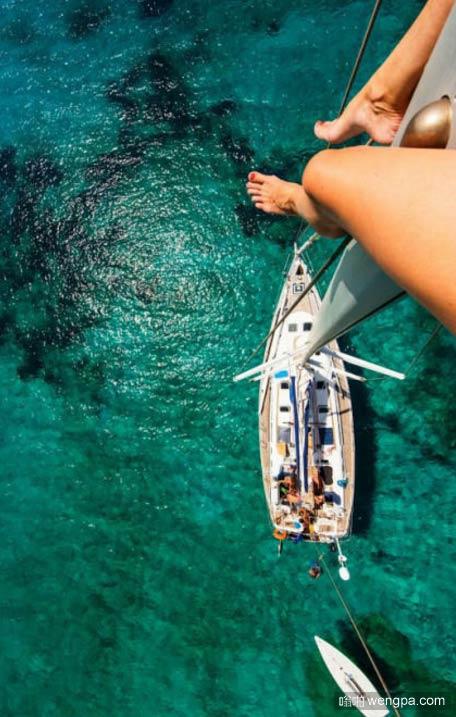 坐在桅杆上俯瞰海面