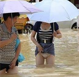 【笑话】北京下大雨 大街上水很深 很多车都过不去