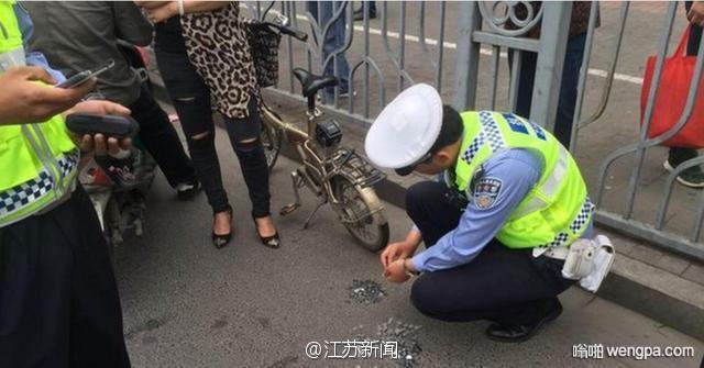 【奇葩】南京一女子闯红灯 故意用500枚1角硬币交罚款