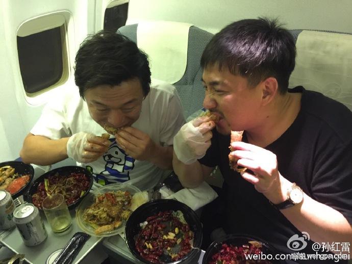黄磊黄渤在飞机上吃小龙虾