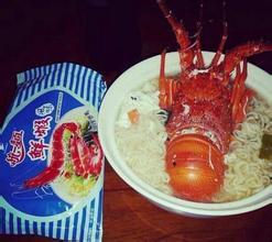 有个爱吹牛逼的朋友,说早晨就吃的牛排西餐,海鲜帝王蟹大龙虾