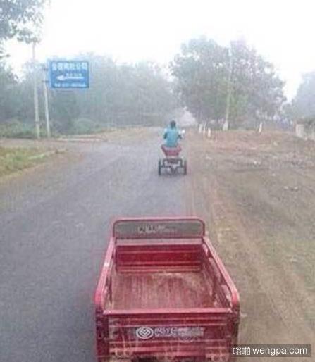 小哥就这样骑着一半的三轮车走了