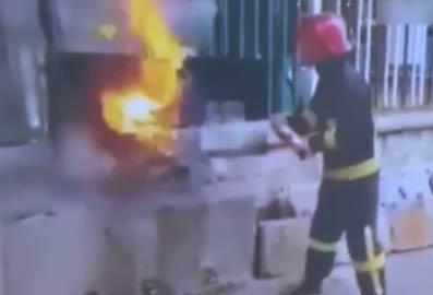 【可乐灭火视频】消防员示范用可乐灭火