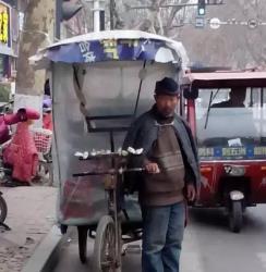 昨天出门打不到出租车,就坐了一辆电动三轮车出去办事